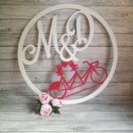 koła z inicjałami i rowerem, dekoracje na wesele z rowerem, rowerowe dekoracje, dekoracje na wesele, koła z inicjałami, napisy na wesele, napisy ślubne, inspiracje weselne, napisy na stół,
