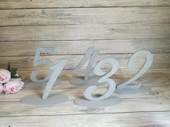 numery stołów, numerki stołów, numeracja stołu na wesele, stoły weselne, dekoracja stołu weselnego, jak udekorować stół weselny, jak ponumerować stoły, cuda z drewna, napisy na wesele, napisy weselne, 2