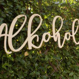 napis alkohol, napis na stół wiejski, napisy na stół z alkoholem, napisy na wiejski stół, napisy alkohol na wesele, napis alkohol, alkohol, dekoracje na wesele, napisy na wesele, napisy weselne,